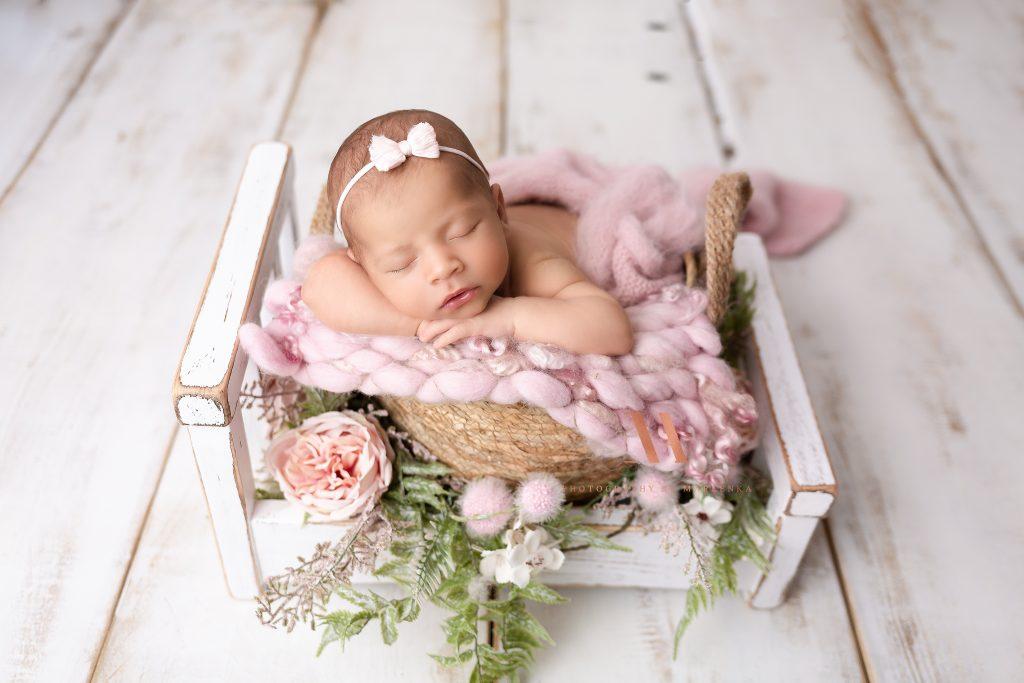 Baby schläft in einem kleinen Bettchen